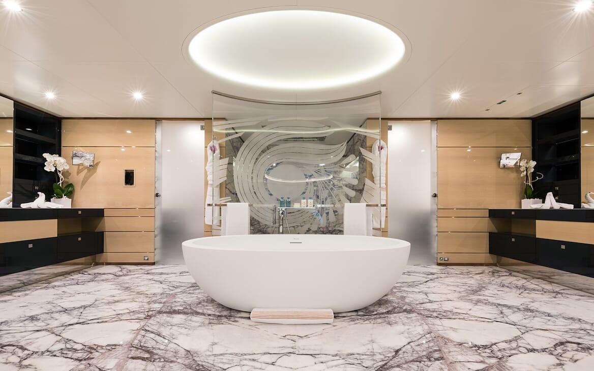 Motor Yacht Quaranta master bathroom