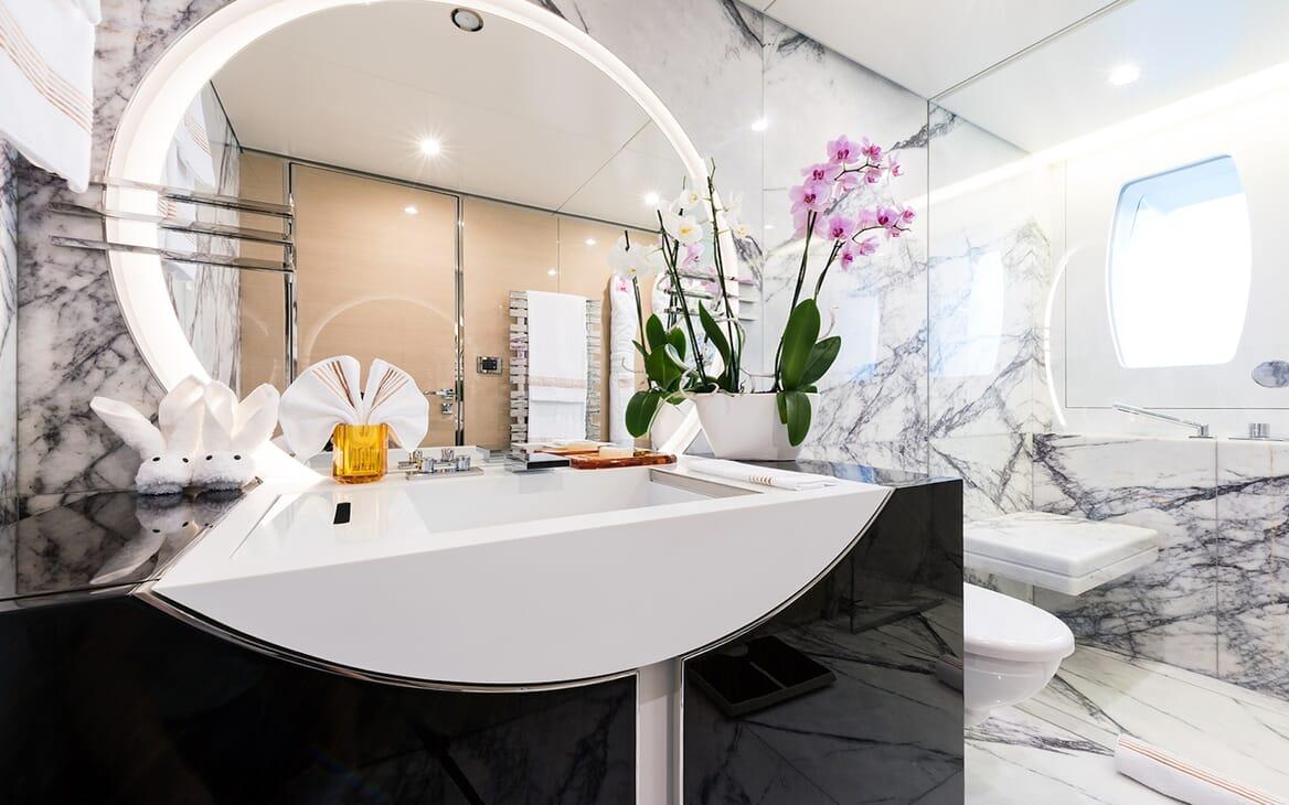 Motor Yacht Quaranta guest bathroom