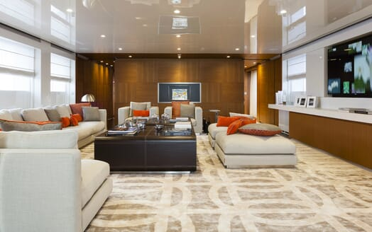 Motor Yacht Flying Dagger saloon
