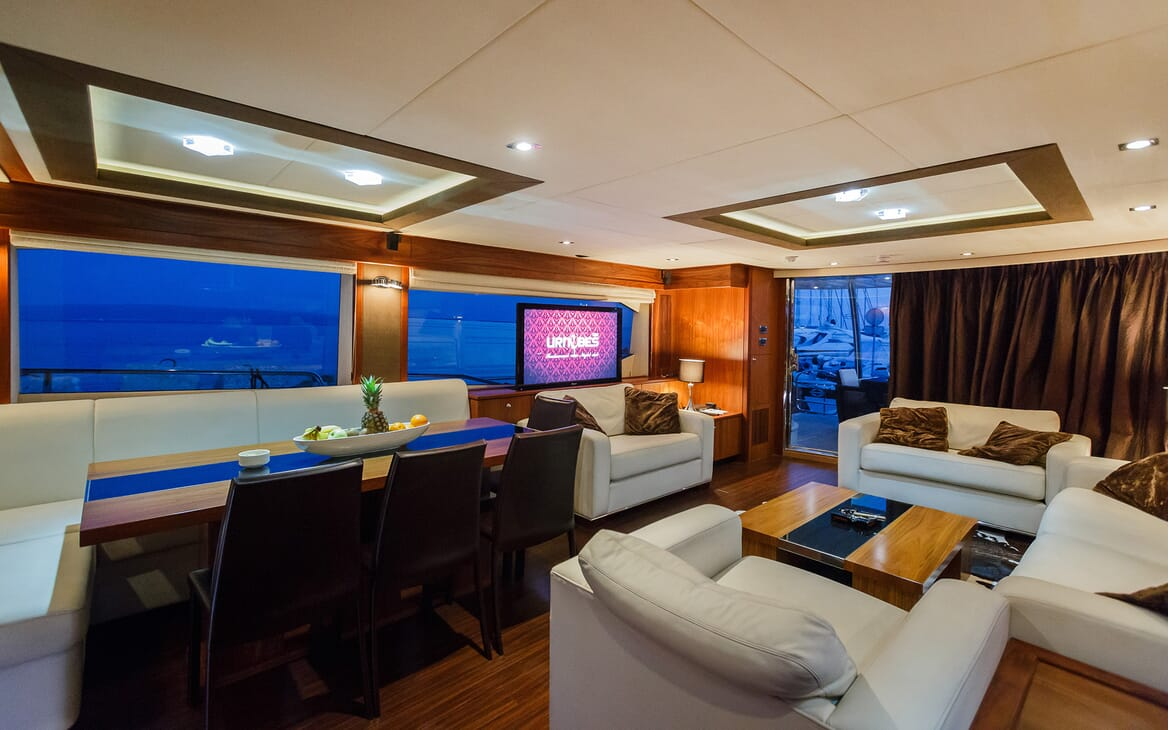 Motor Yacht The Best Way Dining Table and Lounge
