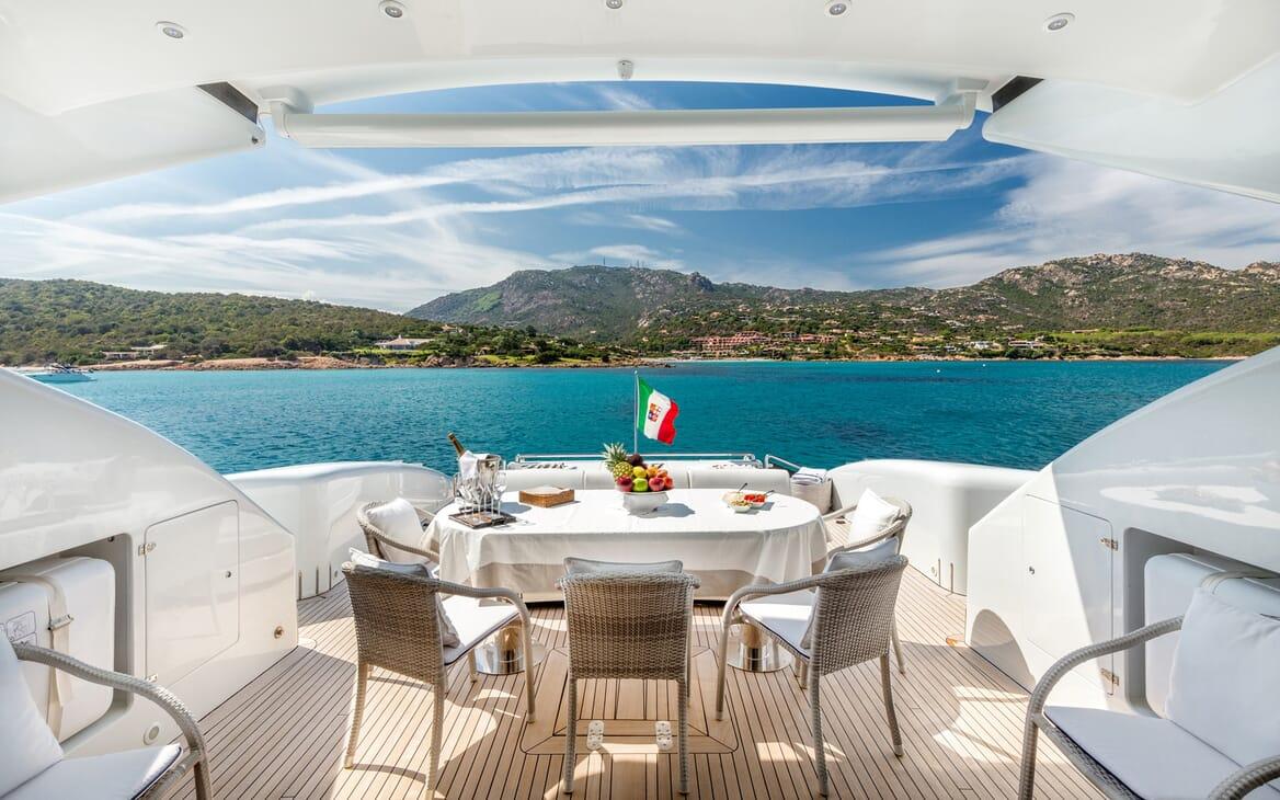 Motor Yacht JAJARO outdoor dining