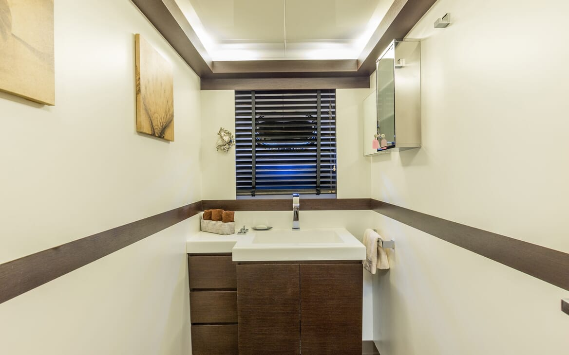 Motor Yacht JAJARO bathroom