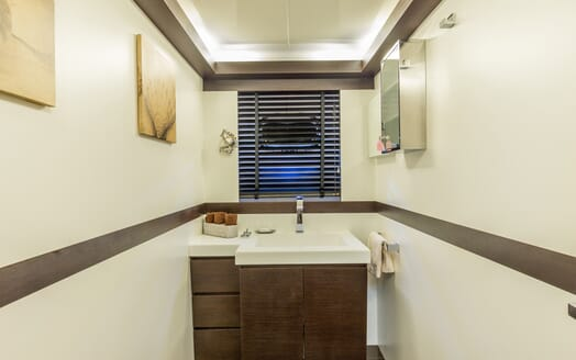 Motor Yacht JAJARO bathroom