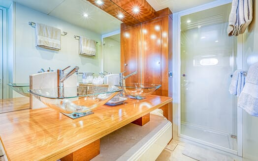 Motor Yacht LUISAMAY Master Bathroom
