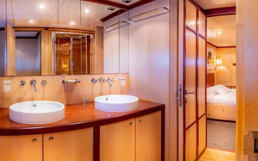 Motor Yacht CLARA ONE Bathroom
