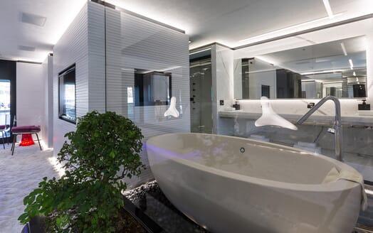 Motor Yacht Ocean Paradise bathroom
