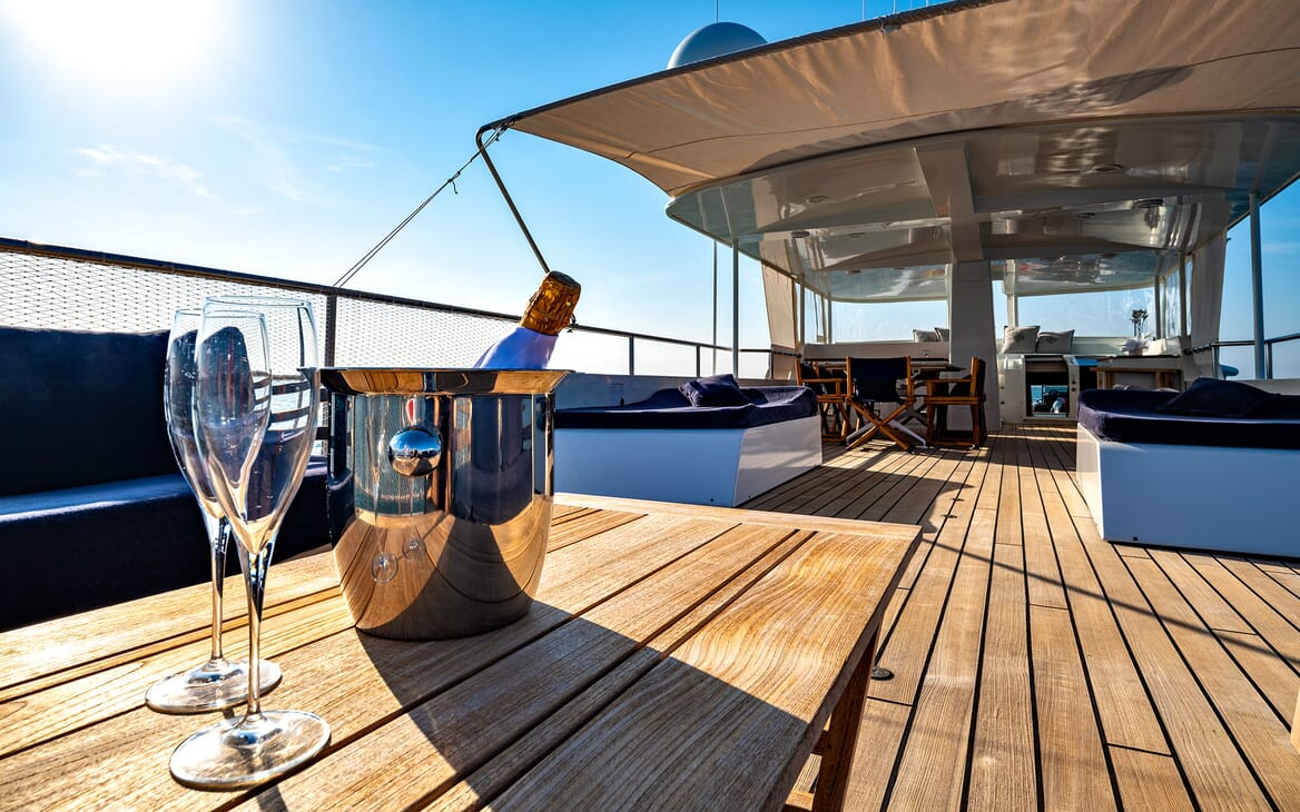 Motor Yacht Persuader Chamagne