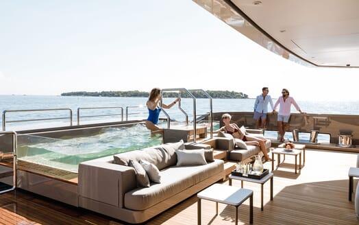Motor Yacht SOLO Pool