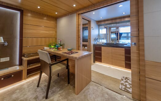 Motor Yacht DON MICHELE Desk