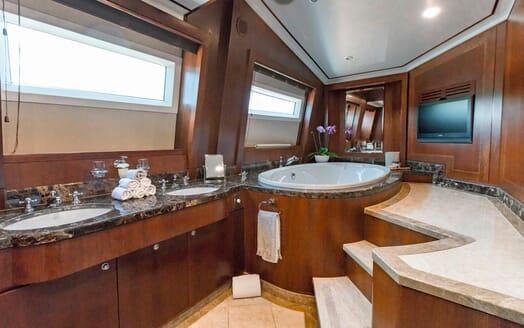 Motor Yacht Masteka 2 bathroom