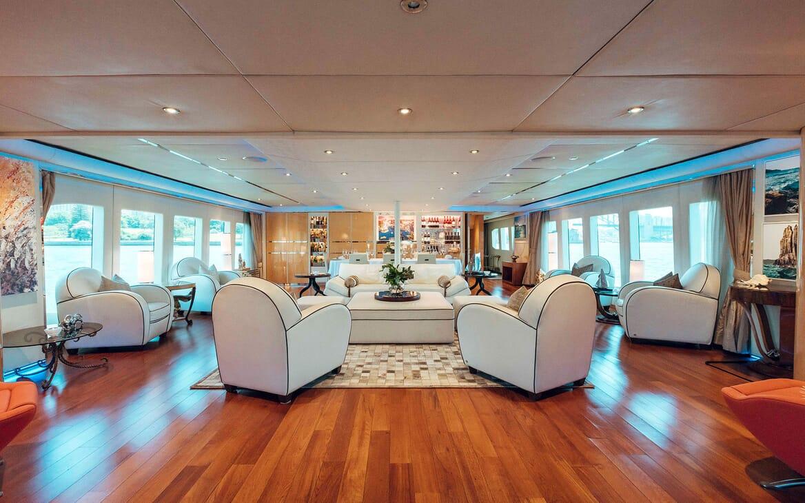 Motor Yacht Tango saloon