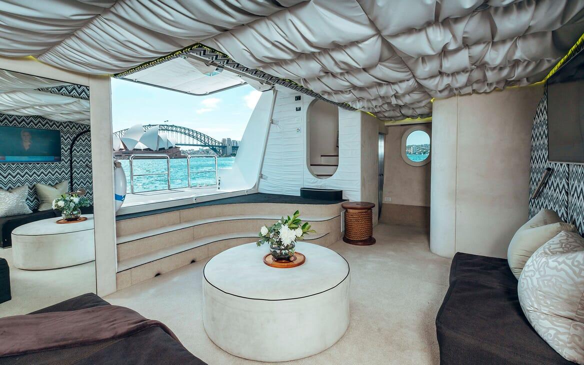 Motor Yacht Tango salon