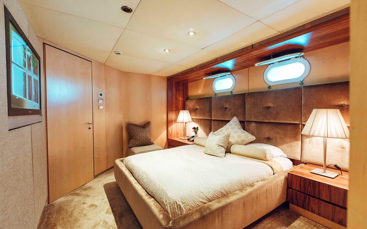 Motor Yacht Tango guest cabin