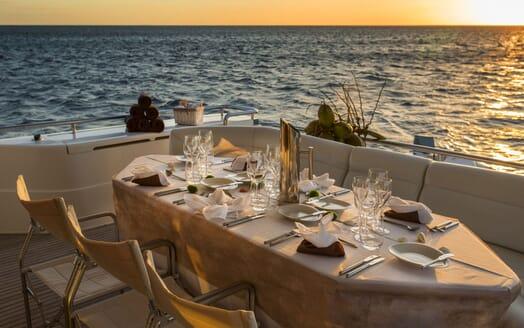 Motor Yacht Iroue al fresco dining