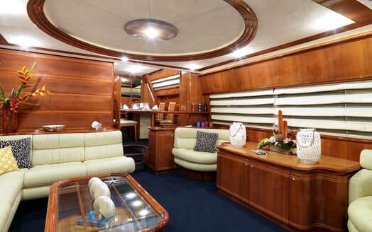 Motor Yacht Iroue saloon