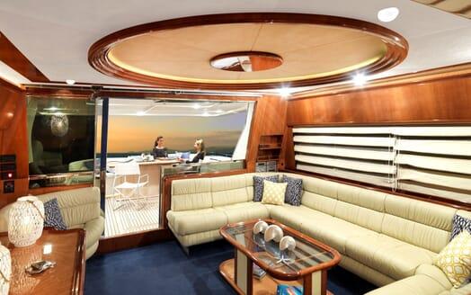 Motor Yacht Iroue main saloon