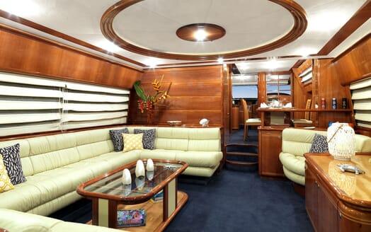 Motor Yacht Iroue living area