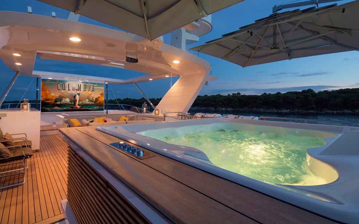Motor Yacht Dynar hot tub