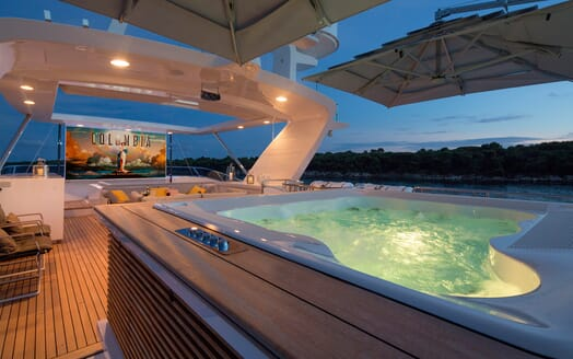 Motor Yacht Dynar hot tub