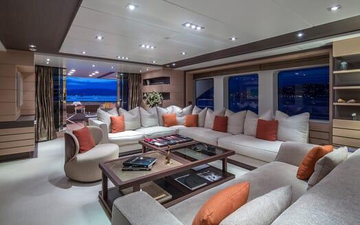 Motor Yacht Dynar saloon