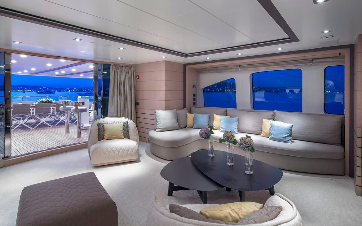 Motor Yacht Dynar salon