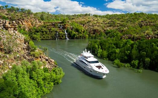 Motor Yacht Paradise cruising