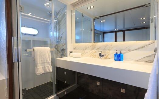 Motor Yacht Paradise bathroom