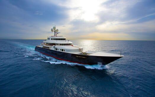 Motor Yacht COCOA BEAN Profile Underway