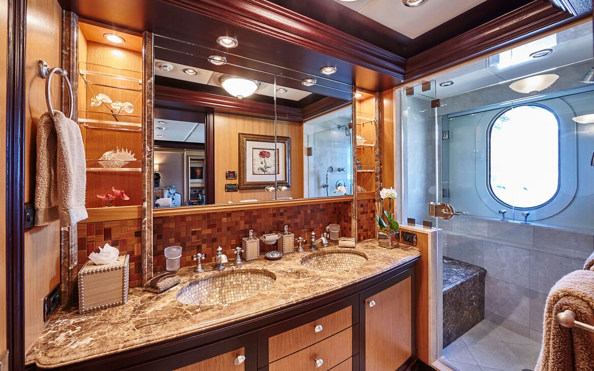 Motor Yacht COCOA BEAN Guest Washroom