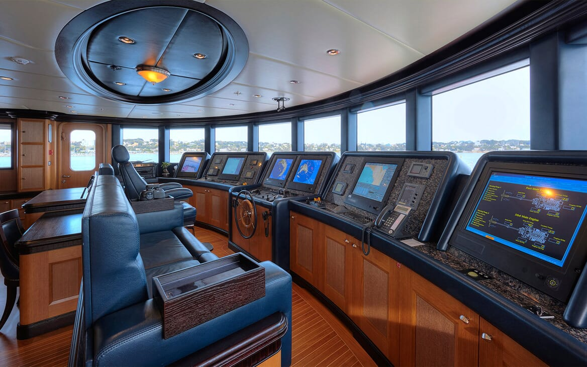 Motor Yacht COCOA BEAN Bridge Wheelhouse