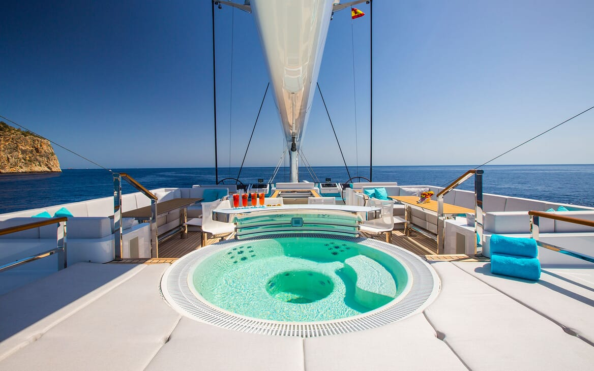Sailing Yacht AQUIJO Jacuzzi