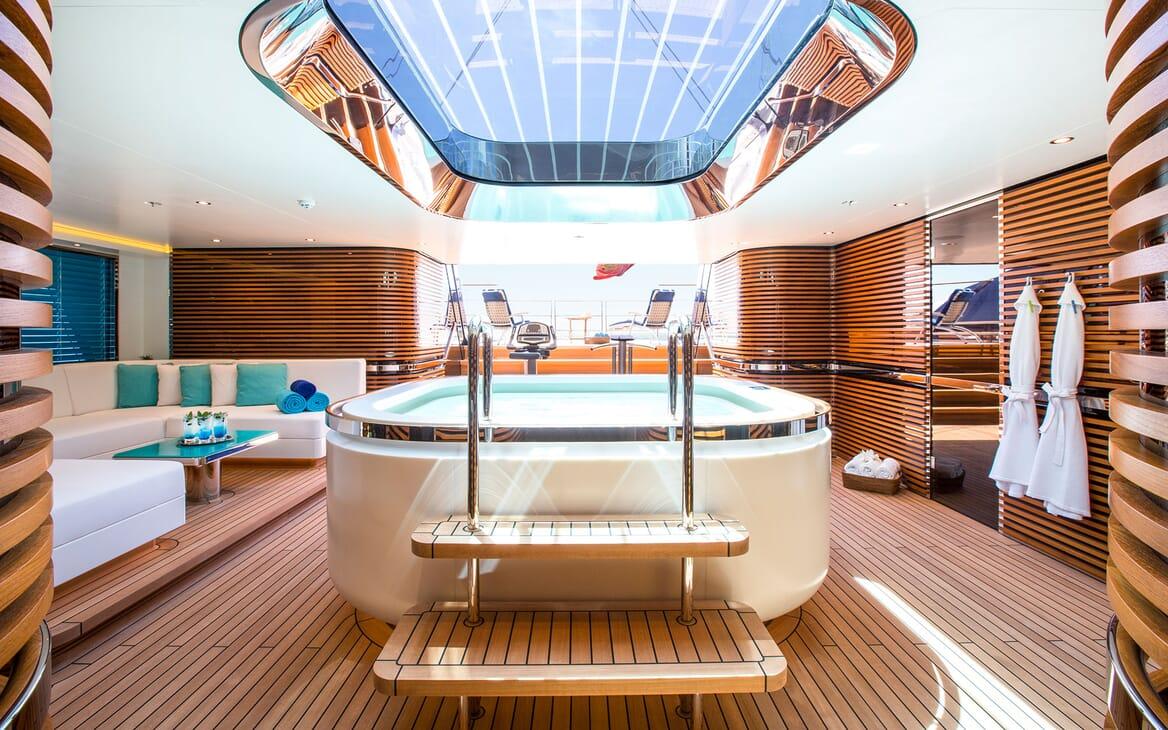 Sailing Yacht AQUIJO Jacuzzi 2