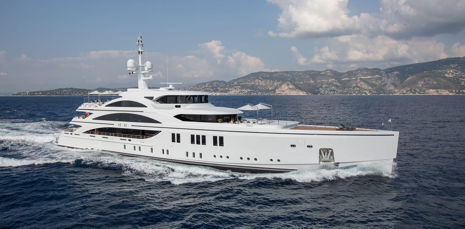Motor Yacht 11.11 Profile Underway