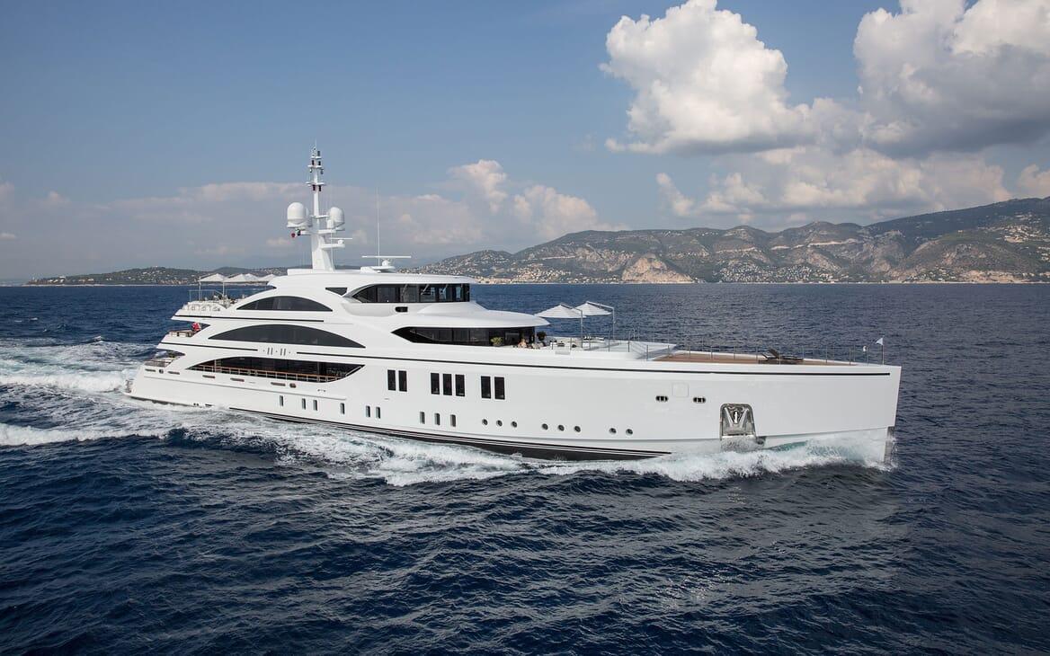 Motor Yacht 11.11 Profile Underway