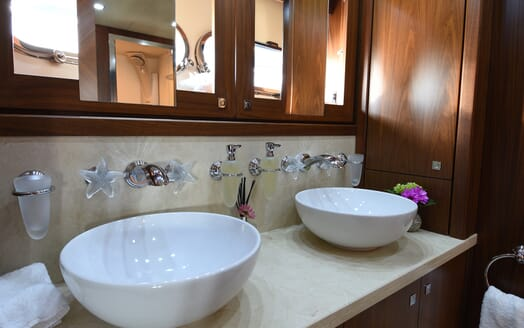 Motor Yacht Double D bathroom