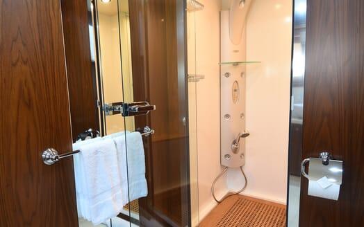 Motor Yacht Double D washroom