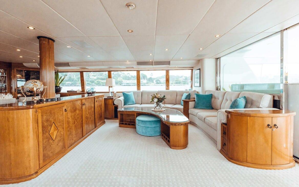 Motor Yacht Oscar II saloon