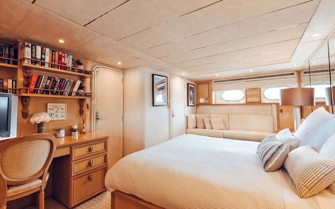 Motor Yacht Oscar II quest cabin