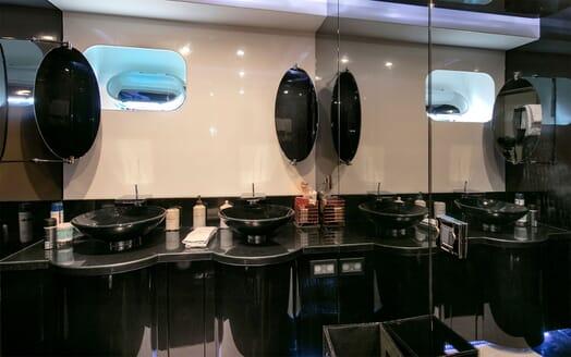 Motor Yacht CLAREMONT Guest Bathroom
