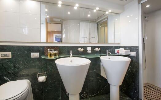 Motor Yacht SEVEN C Master Bathroom