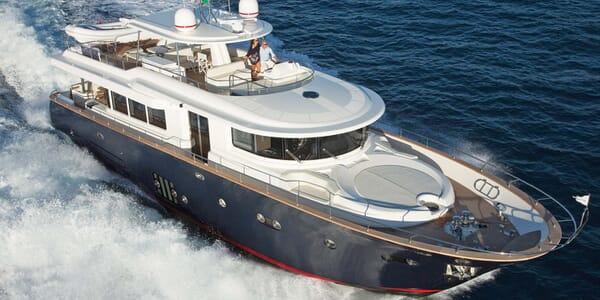 Motor Yacht Apreamare Maestro 82 running shot