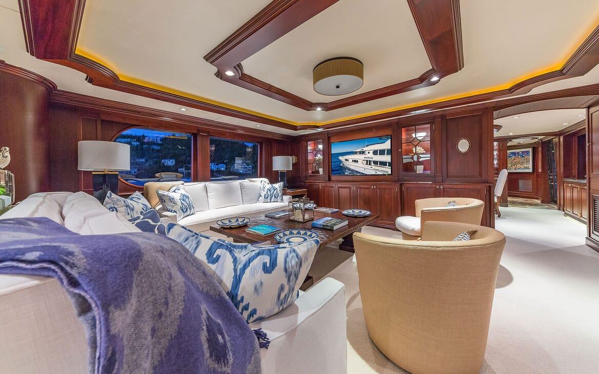 Motor Yacht MAGIC Main Salon