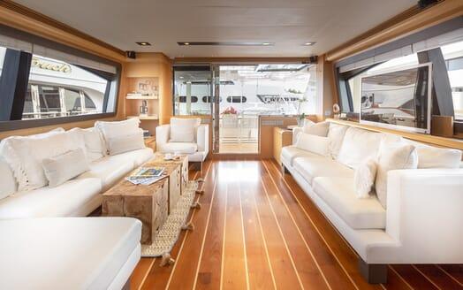Motor Yacht La Pace saloon