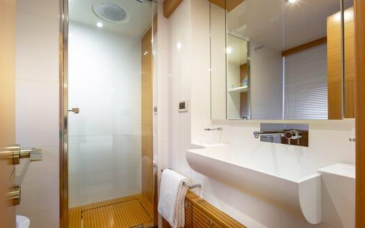 Motor Yacht La Pace bathroom