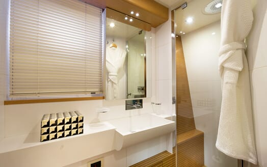 Motor Yacht La Pace guest bathroom