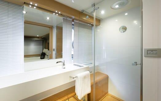 Motor Yacht La Pace master bathroom