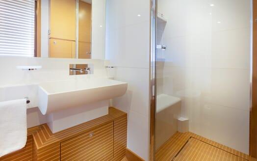 Motor Yacht La Pace washroom