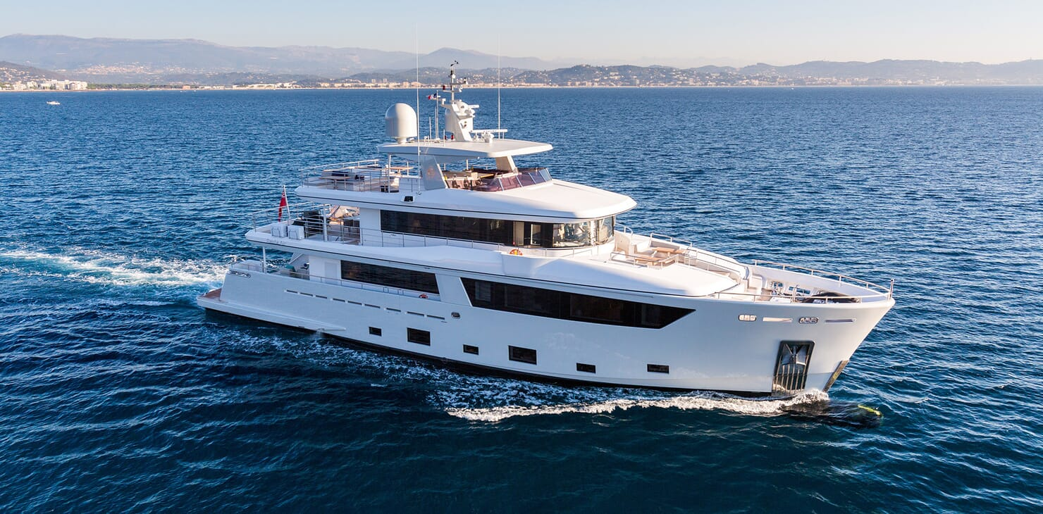Motor Yacht Narvalo cruising