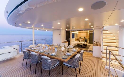 Motor Yacht Narvalo al fresco dining
