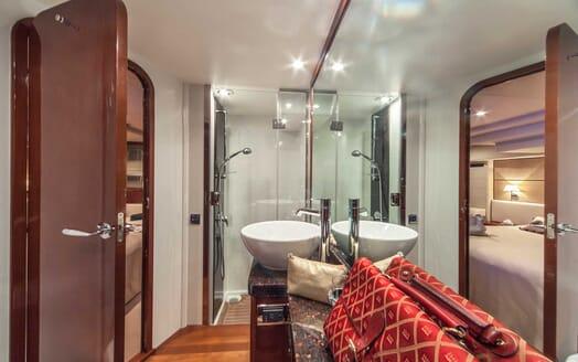 Motor Yacht Sassy bathroom